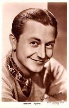 act024009 - Robert Young Movie Star Actor Actress Film Star Postcard, Old Vintage Antique Post Card