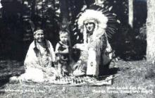 ind100019 - Roger Little Eagle and Family, Wisconsin Dells, Wis. USA, Real Photo Indian, Indians, Postcard Postcards
