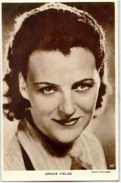 mov006007 - Gracie Fields Actor / Actress Postcard Post Card Old Vintage Antique Movie Star