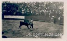spo017104 - Rematando Un Quite, Nuevo Laredo, Bull fighting Postcard Postcards